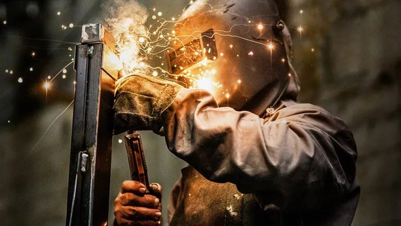 Lenovo Edge Computing - Person welding metal